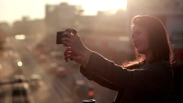 Belle jeune femme prenant une autophoto - Vidéo