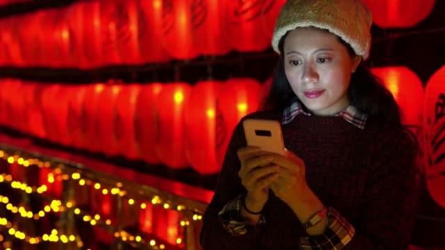 vídeos de stock e filmes b-roll de beautiful girl texting message to friends - phone, travelling, copy space