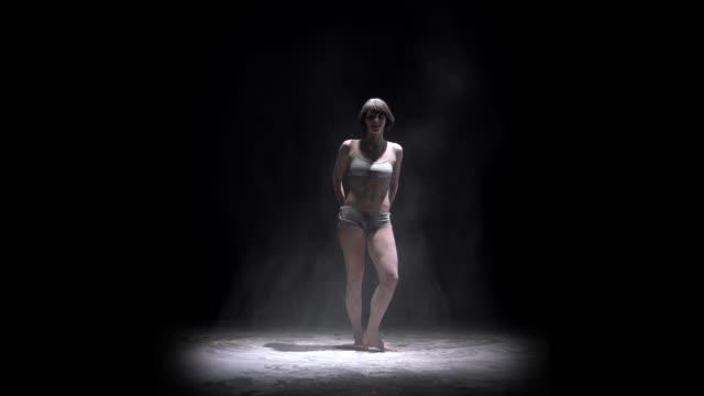 ダンスパの間にほこりを投げる美しい女の子 ビデオ