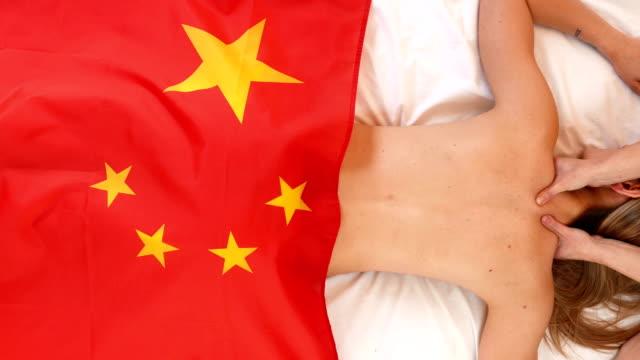 schönes mädchen mit der flagge von china - kommunismus stock-videos und b-roll-filmmaterial
