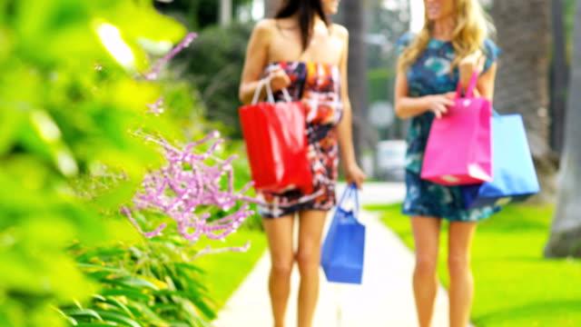 Hermosas Chicas de compras en un día - vídeo