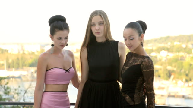 ポーズ美しい女性のパーティ - 春のファッション点の映像素材/bロール