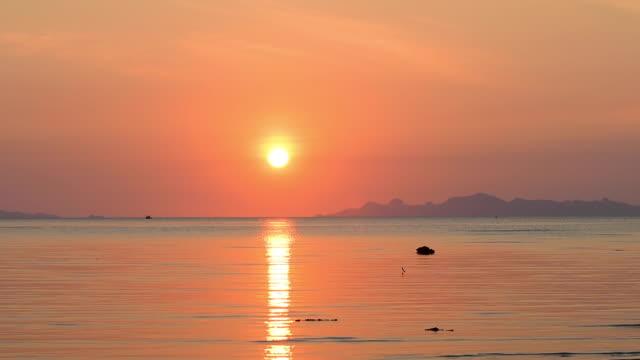 美麗的金色海灘和大海上日落在蘇梅島泰國 - 浪漫 個影片檔及 b 捲影像