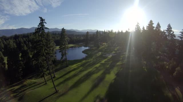 美しいゴルフコースのフェアウェイ ボール視点空中 - ゴルフ点の映像素材/bロール