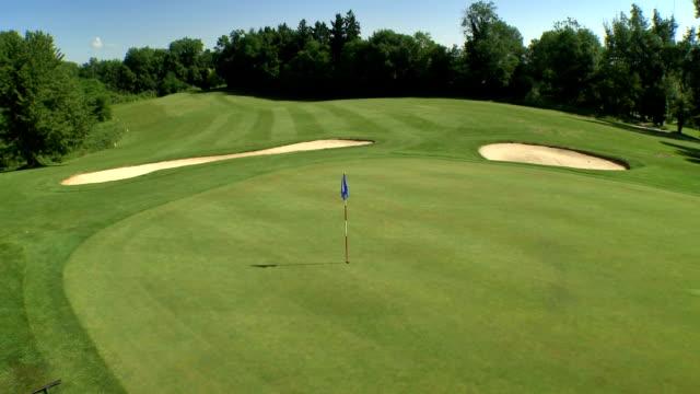 vidéos et rushes de vue aérienne du magnifique parcours de golf - golf