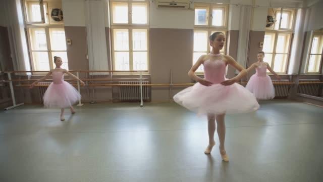 vackra graciösa unga ballerinor - balettstång bildbanksvideor och videomaterial från bakom kulisserna