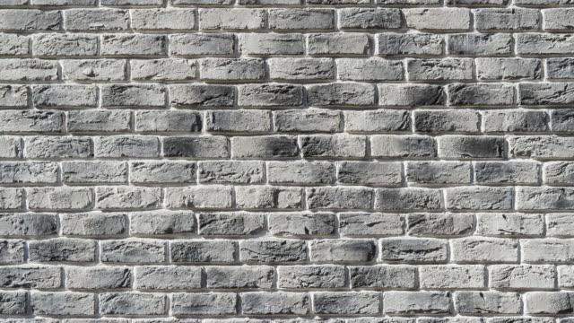 美しい灰色のレンガの壁は、フォーカスとズームの表示されます。手作りのレンガ、ロフト。 - 石垣点の映像素材/bロール