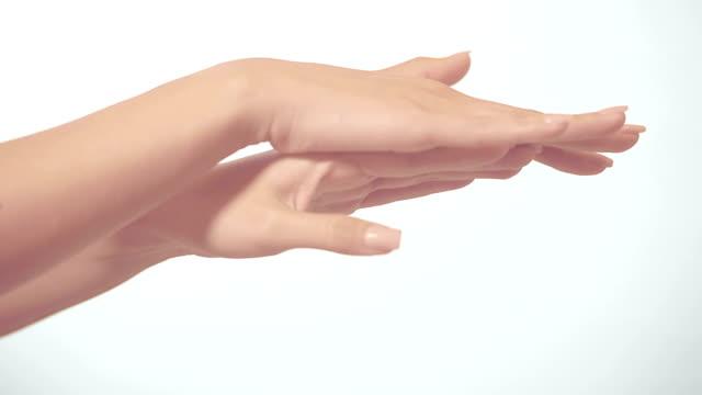 красивые руки массажировать на белом фоне - ноготь на руке стоковые видео и кадры b-roll