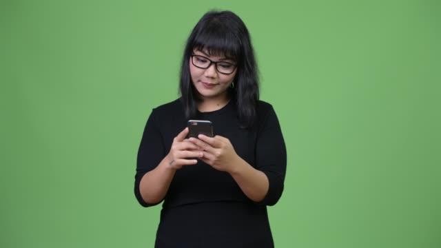 vídeos y material grabado en eventos de stock de hermosa empresaria asiática feliz con teléfono - sudeste