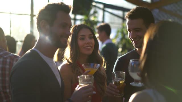härligt glad par på en utekväll njuter av drinkar - nattliv bildbanksvideor och videomaterial från bakom kulisserna