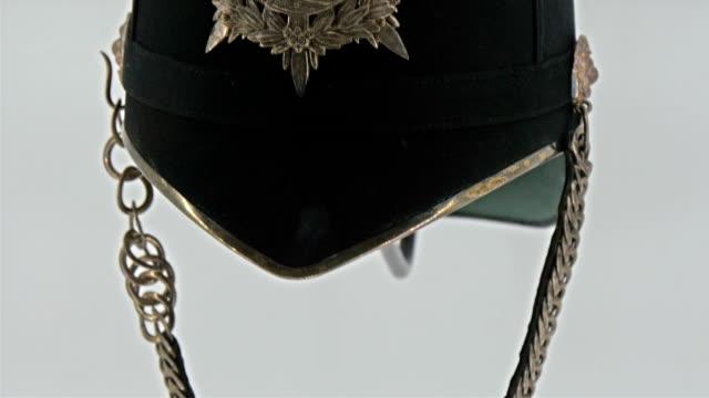 vidéos et rushes de un magnifique chapeau d'un chevalier affichage - mode londres