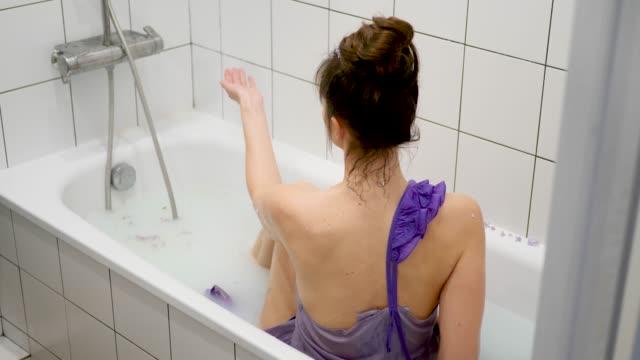 vacker frisk kvinna ligger i ett mjölkbad - människorygg bildbanksvideor och videomaterial från bakom kulisserna