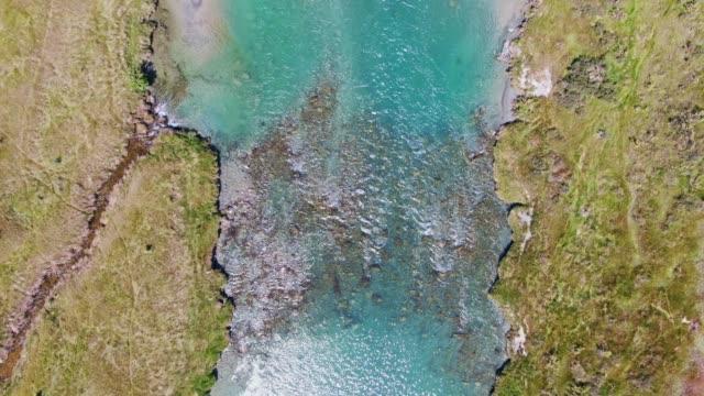 bellissimi filmati a volo d'uccello di droni aerei ad alto angolo di acqua cristallina che scorre attraverso il fiume ahuriri e bellissime praterie nella regione di canterbury dell'isola del sud della nuova zelanda. - acqua dolce video stock e b–roll