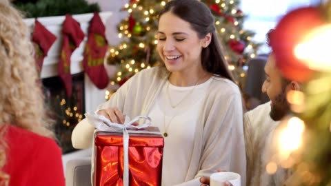 vidéos et rushes de belle femme jeune hispanique ouvre christ - cadeau