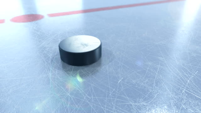 vidéos et rushes de rondelle de hockey belle glisse sur glace arena en gros plan le mouvement lent. animation 3d avec et sans flou dof et lumières parasites sur vert écran alpha matte. active sport concept. - hockey sur glace