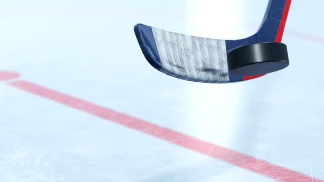 vidéos et rushes de bâton de hockey beau frapper la rondelle de hockey en slow motion close-up avec dof flou. animation 3d avec profondeur de champ. active sport concept. id masque alpha. - hockey sur glace