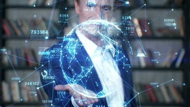 vídeos de stock, filmes e b-roll de holograma linda câmera lenta retrato empresário de sucesso trabalhando com futurista holograma azul tecnológica, análise de dados. conceito de negócio. série de empresário - holograma