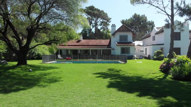 晴れた日に家のショットを確立する美しい家の外観 - ヴィラ点の映像素材/bロール