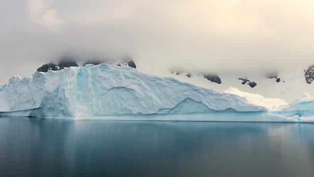 beautiful iceberg in antarctica - antarktyda filmów i materiałów b-roll