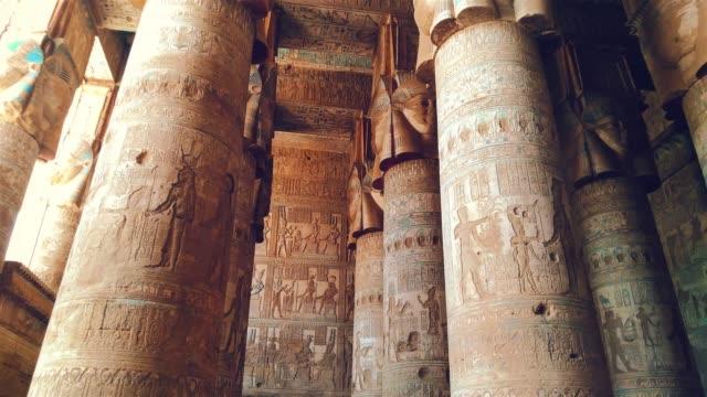 vacker interiör i templet dendera eller den tempel av hathor. egypten, dendera, antika egyptiska tempel nära staden av ken - egyptisk kultur bildbanksvideor och videomaterial från bakom kulisserna
