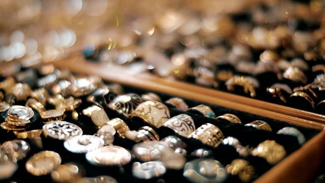 stockvideo's en b-roll-footage met mooie sieraden op te slaan rekken schitteren in de stralen van het licht - ring juweel