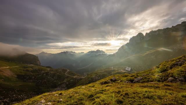t/l belle alpi giulie al tramonto - passo montano video stock e b–roll