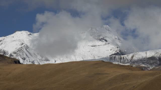 Kazbek Berge in Wolken. – Video