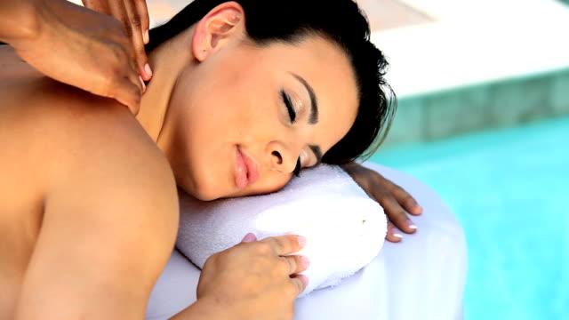 Superbe femme recevant un massage avec - Vidéo