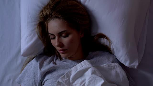 vídeos y material grabado en eventos de stock de hermosa dama acostada en la cama por la noche, acogedor sueño saludable en colchón cómodo - dormir