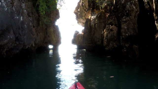 アクション カメラ ビュー ボートの鼻の海でカヤック カヤックから美しいラグーン ビュー ビデオ