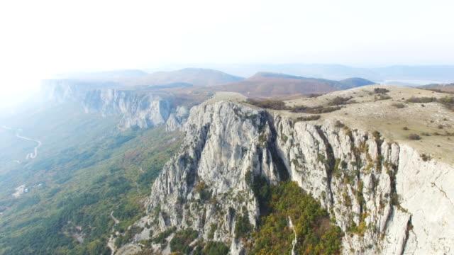 航空写真: 山高原と緑の森の美しい風景 - 崖点の映像素材/bロール