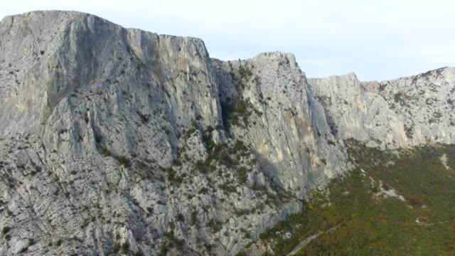 航空: 山と緑の森の美しい風景 - マルチコプター点の映像素材/bロール