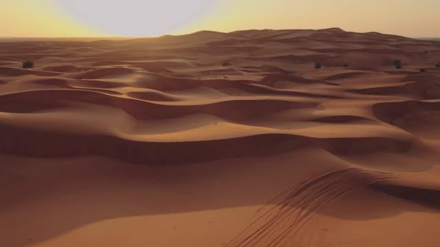 vídeos de stock, filmes e b-roll de paisagem bonita do deserto de namib a asa do avião no por do sol. - deserto