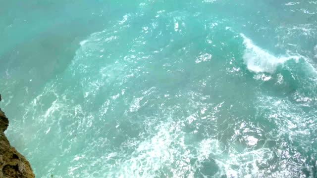 bela paisagem da natureza selvagem de Bali, mar azul, rock de penhasco. 4K - vídeo