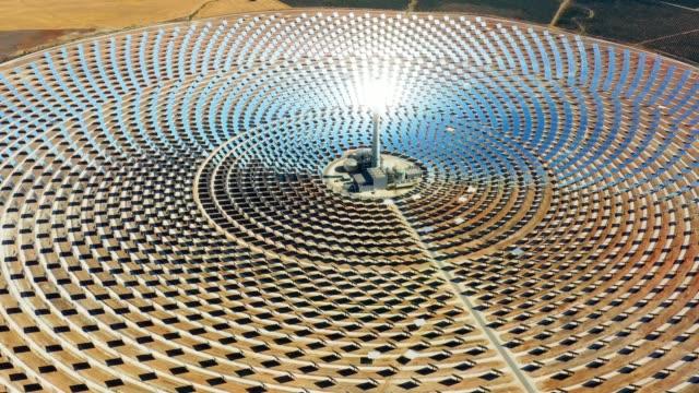 vackra stora cirkulära kraftverket i solpaneler i spanien. det är reflektion av solen i de paneler som producerar förnybar energi, solenergi-närbild med en drone-miljö koncept - spain solar bildbanksvideor och videomaterial från bakom kulisserna