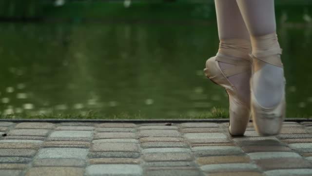 schöne beine ballerinas am teich hintergrund - ballettschuh stock-videos und b-roll-filmmaterial