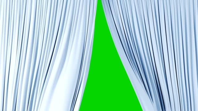 vidéos et rushes de belle lumière soyeux rideaux ondulant dans le vent révélant l'arrière-plan. animation 3d avec écran vert, masque alpha - rideaux