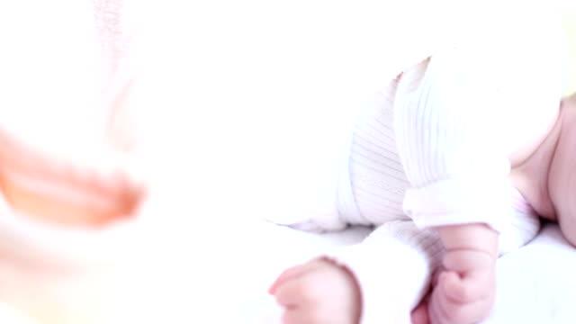 vidéos et rushes de belle petit bébé dormir - 0 11 mois