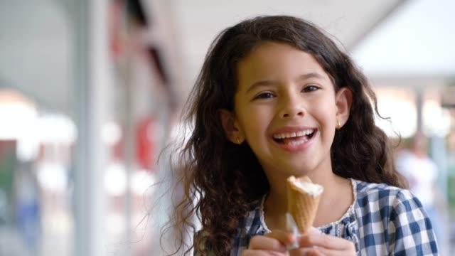 güzel küçük kız alışveriş merkezinde lezzetli dondurma keyfi - ice cream stok videoları ve detay görüntü çekimi
