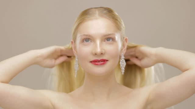 vacker långhårig blond - endast unga kvinnor bildbanksvideor och videomaterial från bakom kulisserna