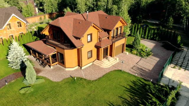 vídeos de stock e filmes b-roll de beautiful luxury big wooden house. - mansão imponente