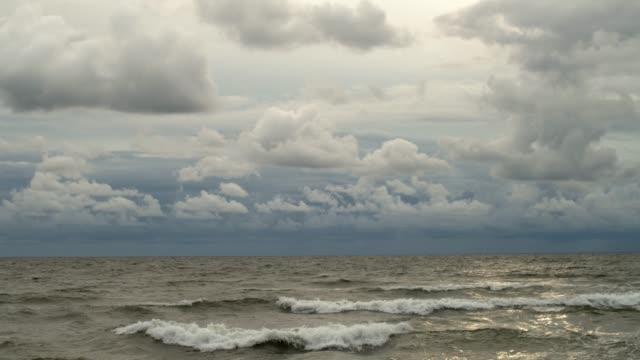 vídeos de stock, filmes e b-roll de paisagem marinha bonita do mar azul no dia chuvoso nebuloso. - países bálticos