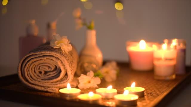 vídeos y material grabado en eventos de stock de hermoso spa de masaje con luz de velas - dar masajes