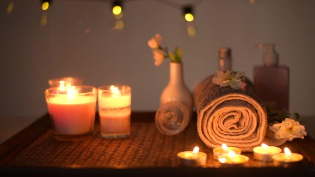 vídeos de stock, filmes e b-roll de termas bonitos da massagem com luz das velas - aromaterapia