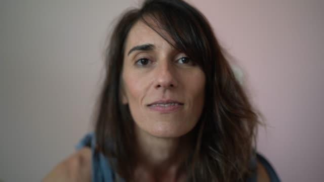 vidéos et rushes de belle femme mûre à domicile portrait - 40 44 ans