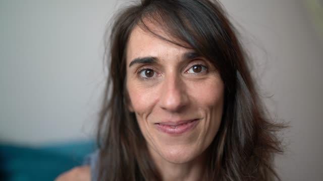 vidéos et rushes de belle femme mûre à domicile portrait - une seule femme d'âge mûr