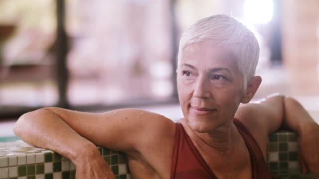 beautiful mature woman relaxing in hot tub - krótkie włosy filmów i materiałów b-roll