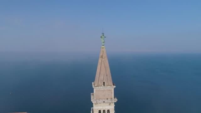 ピラン、スロベニアの美しい霧の空中ショット - スロベニア点の映像素材/bロール