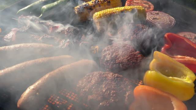 en vacker blandad grill kött och färska grönsaker arrangerade på en kolgrill - marinad bildbanksvideor och videomaterial från bakom kulisserna