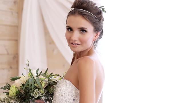 красивые модели (невеста) на фото съемки - аксессуар для волос стоковые видео и кадры b-roll